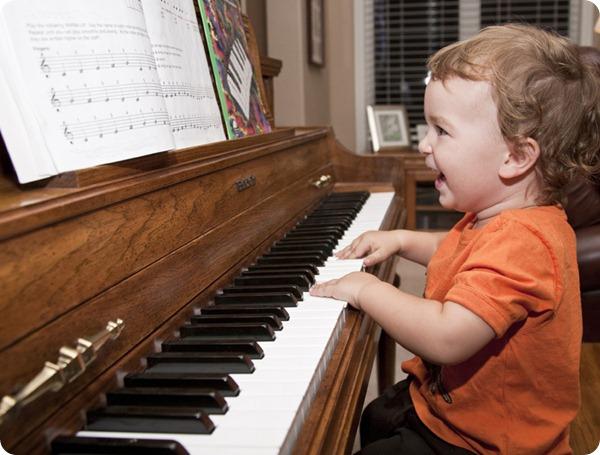 Ребенок на пианино играет